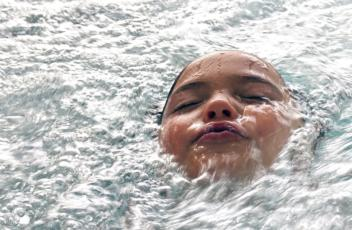 swimming-pool-1229130_1920
